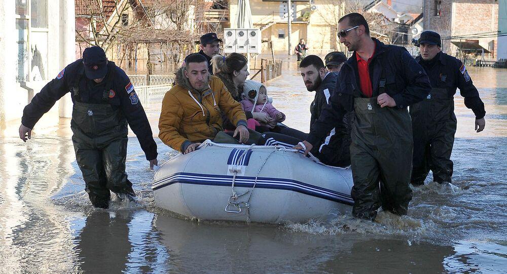 Ratownicy likwidują skutki powodzi w Serbii.