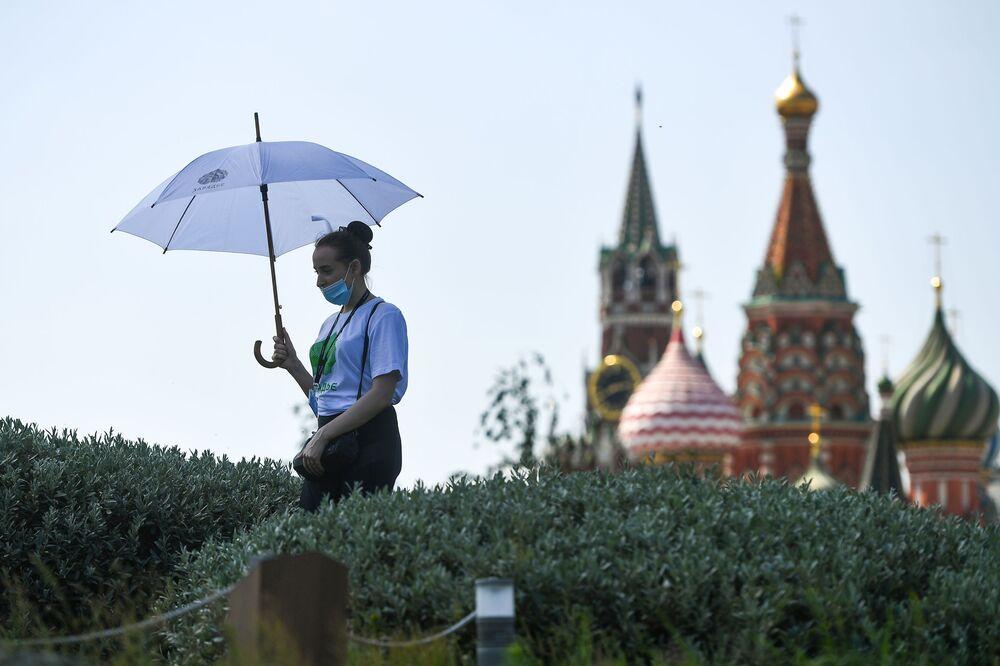 """Park """"Zariadje"""" w centrum Moskwy znów otwarty po zniesieniu ograniczeń związanych z epidemią koronawirusa"""