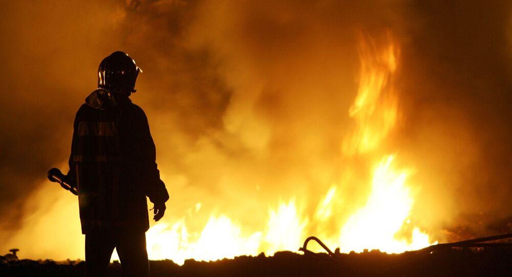 Członek Straży Pożarnej podczas gaszenia pożaru.