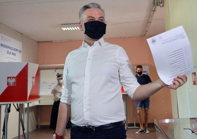 Kandydat na prezydenta Robert Niedroń oddaje głos w wyborach prezydenckich w Warszawie