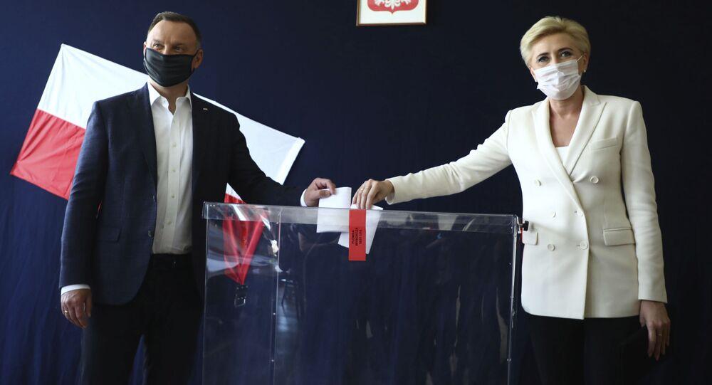 Prezydent Duda głosuje z żoną w Krakowie
