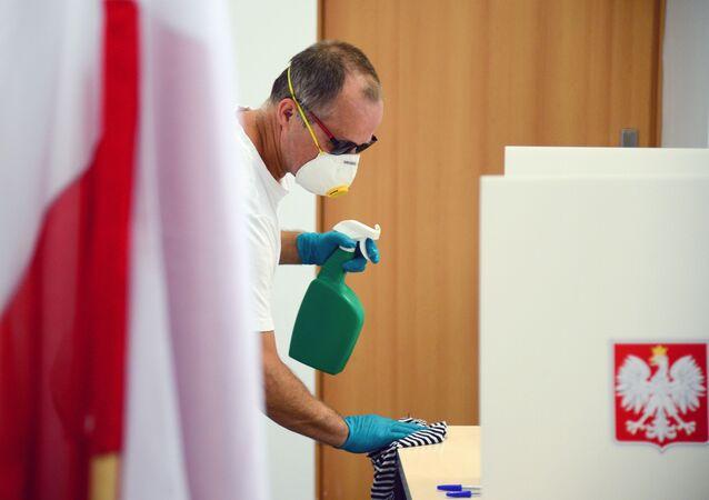 Dezynfekcja w lokalu wyborczym w Warszawie