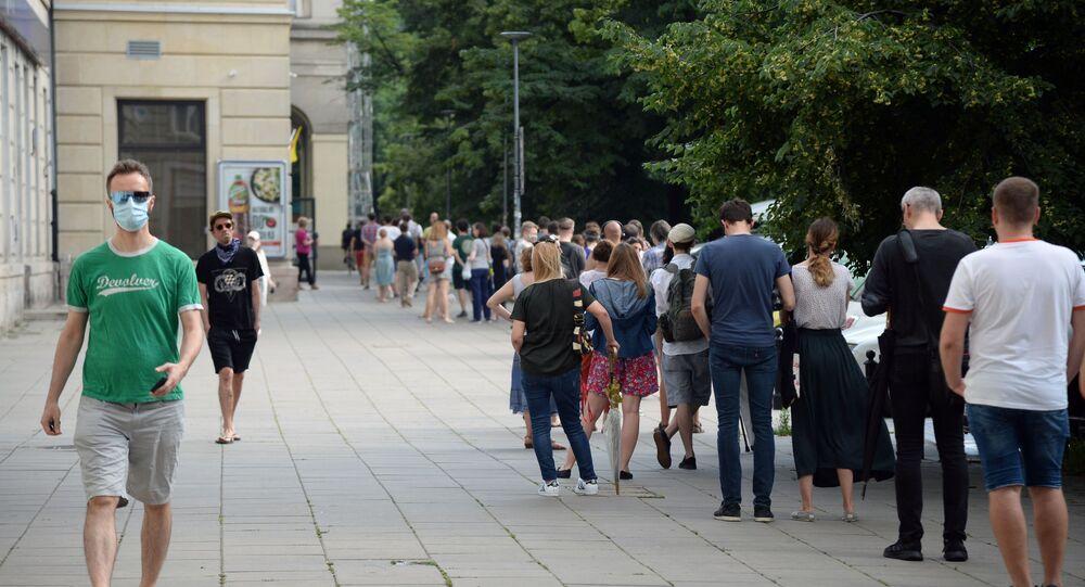 Kolejka do lokalu wyborczego w Warszawie
