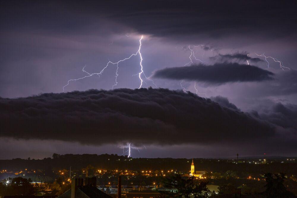 Błyskawica na niebie nad węgierskim miastem Nagykanizsa