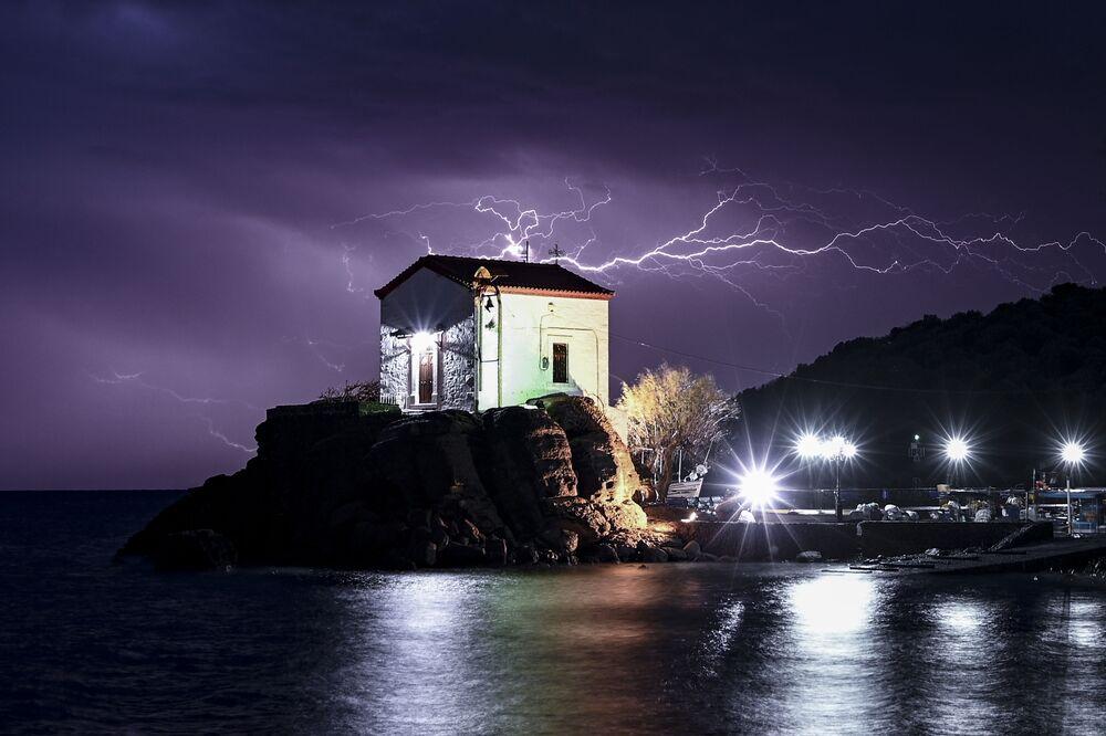 Błyskawice na greckiej wyspie Lesbos w północno-wschodniej części Morza Egejskiego