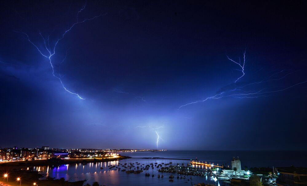 Błyskawica na niebie nad Montevideo podczas burzy, Urugwaj