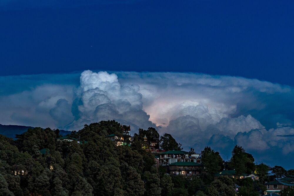 Błyskawice w chmurach, Indie