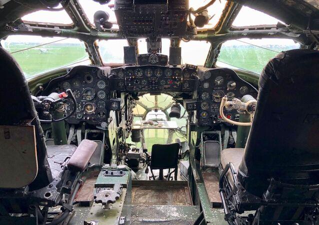 Aktualny stan kokpitu Tu-104 w Bierdsku