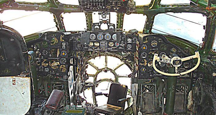 Stan kokpitu Tu-104 w Bierdsku przed rozpoczęciem odnowienia