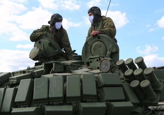 Czołgiści Milicji Ludowej  przy linii rozgraniczającej strony konfliktu w Donbasie