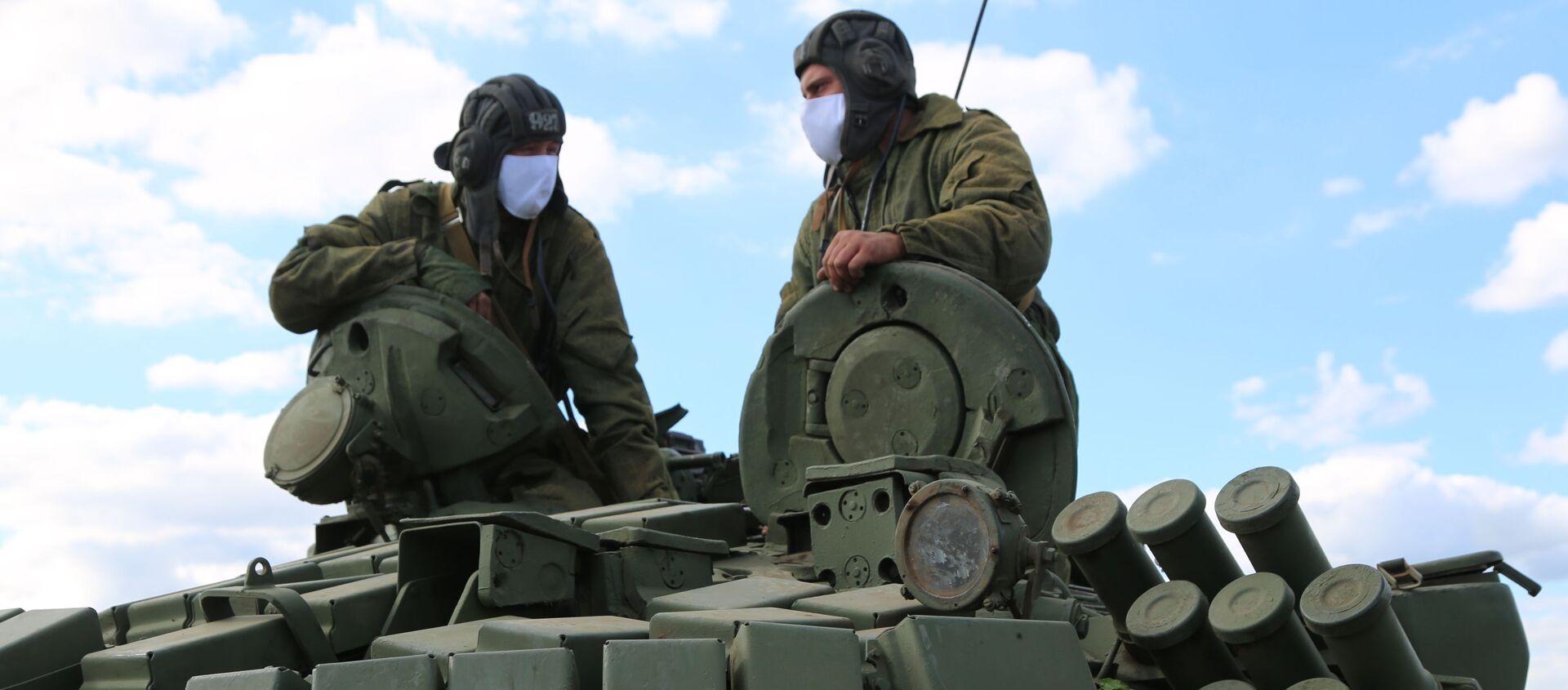 Czołgiści Milicji Ludowej  przy linii rozgraniczającej strony konfliktu w Donbasie - Sputnik Polska, 1920, 14.04.2021