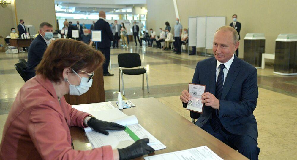 Prezydent Władimir Putin podczas głosowania w sprawie zatwierdzenia poprawek do Konstytucji Federacji Rosyjskiej