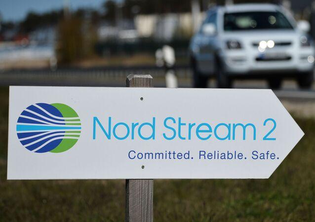 Drogowskaz z symboliką spółki Nord Stream 2 AG
