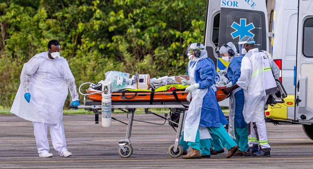Lekarze dostarczają do szpitala pacjenta z koronawirusem