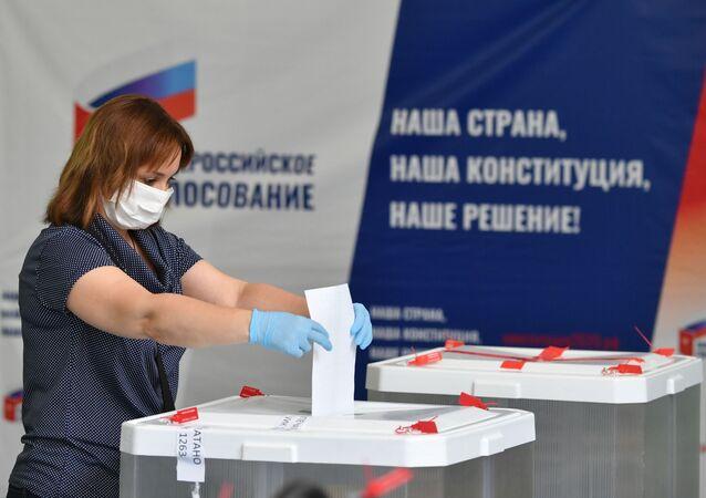 Kobieta głosuje w sprawie poprawek do Konstytucji Federacji Rosyjskiej w lokalu wyborczym nr 1272 w Moskwie