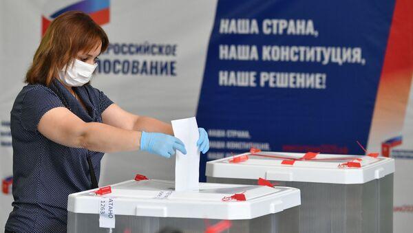 Kobieta głosuje w sprawie poprawek do Konstytucji Federacji Rosyjskiej w lokalu wyborczym nr 1272 w Moskwie - Sputnik Polska