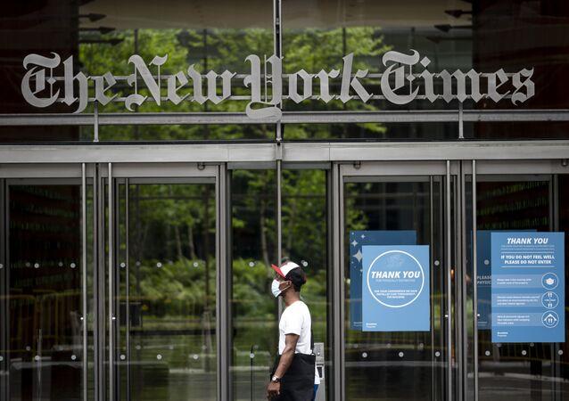 Wejście do budynku redakcji gazety The New York Times w Nowym Jorku