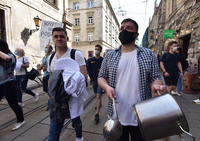 Uczestnicy związku zawodowego protestują we Lwowie domagając się wsparcia ekonomicznego po ograniczeniach związanych z koronawirusem