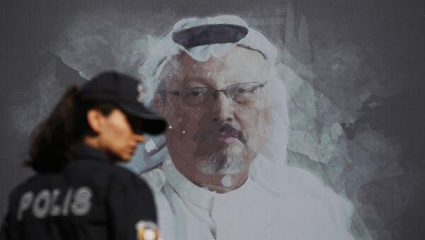 Ekran z portretem saudyjskiego dziennikarza Dżamala Chaszukdżi w Stambule - Sputnik Polska