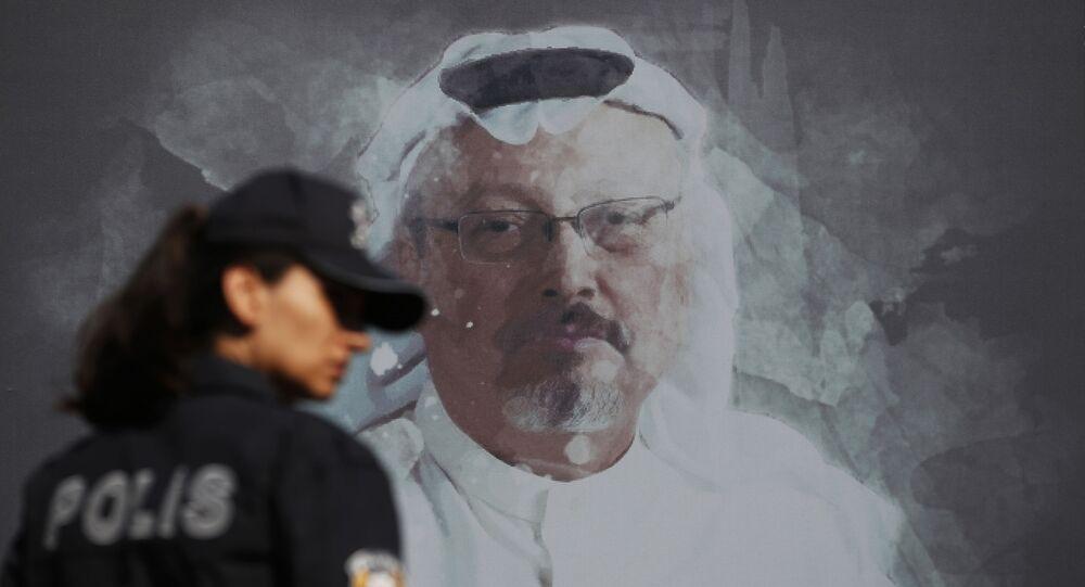 Ekran z portretem saudyjskiego dziennikarza Dżamala Chaszukdżi w Stambule
