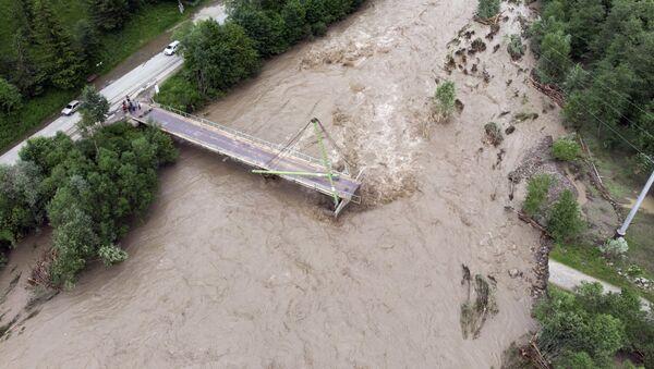 Most przez rzekę Czerny Czeremosz w obwodzie iwanofrankiwskim zniszczony przez powódź - Sputnik Polska