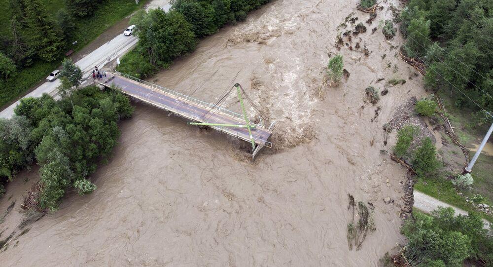 Most przez rzekę Czerny Czeremosz w obwodzie iwanofrankiwskim zniszczony przez powódź
