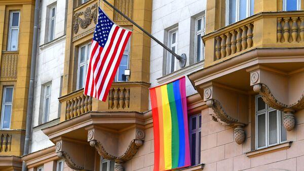 Flaga LGBT na budynku ambasady USA w Moskwie. - Sputnik Polska