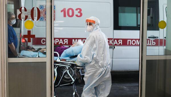 Lekarze pogotowia gtransportują zarażonego koronawirusem - Sputnik Polska