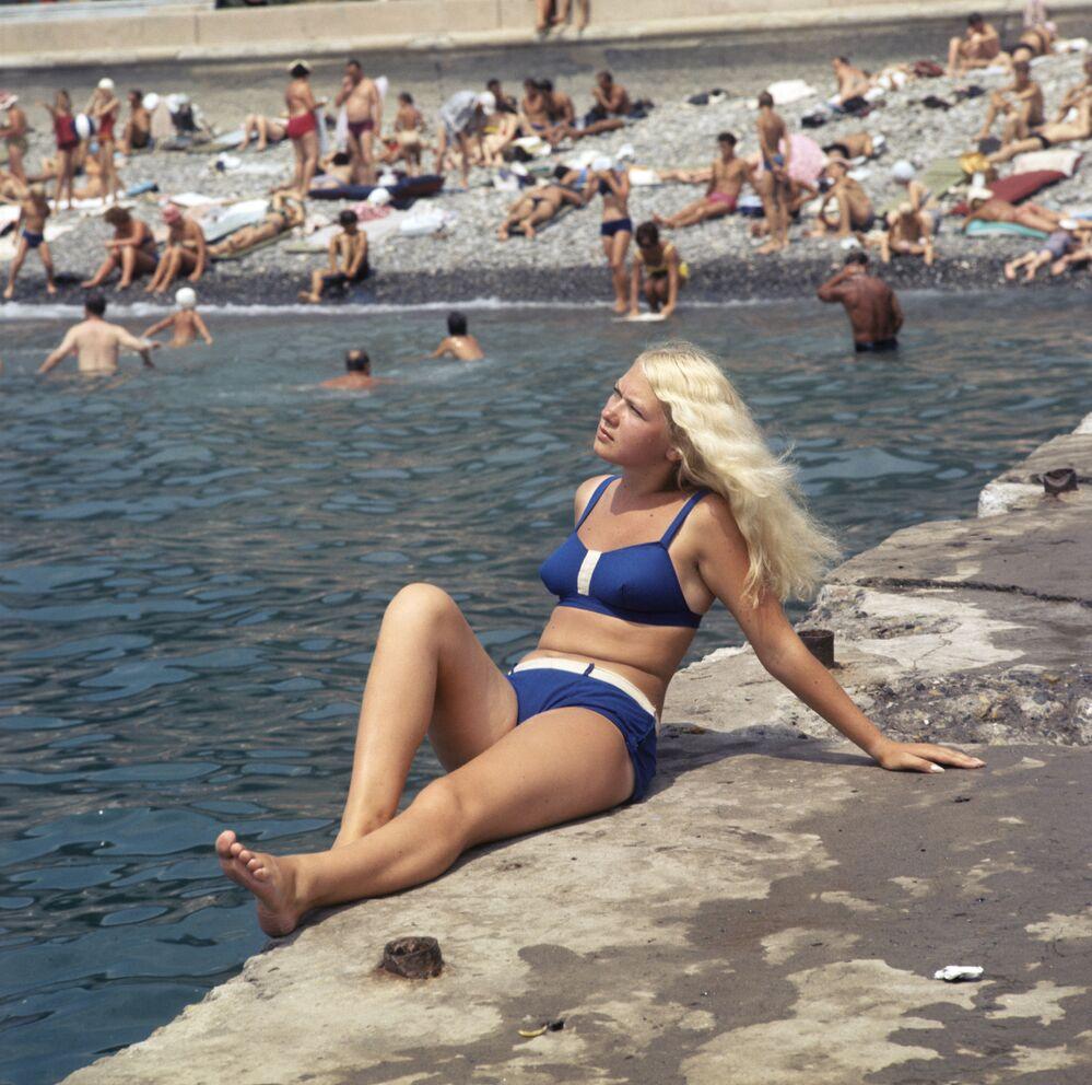 Dziewczyna w niebieskim bikini w Soczi