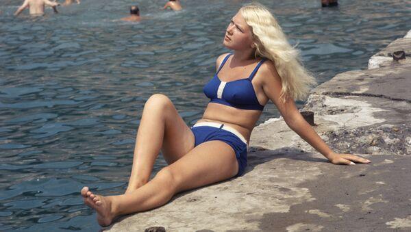 Dziewczyna w niebieskim bikini w Soczi - Sputnik Polska