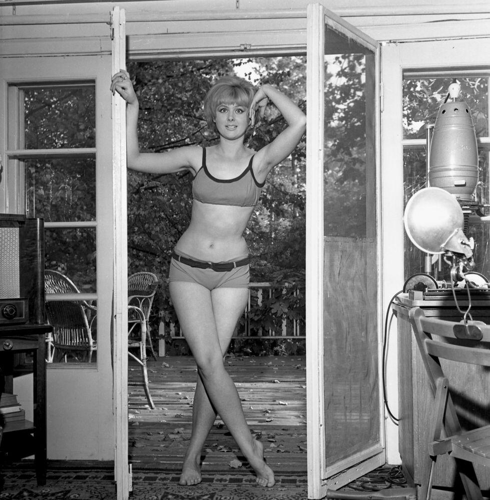 """Radziecka aktorka Natalja Sielezniowa w bikini. Kadr z filmu """"Operacja """"Y"""", czyli przypadki Szurika"""", 1965 rok"""