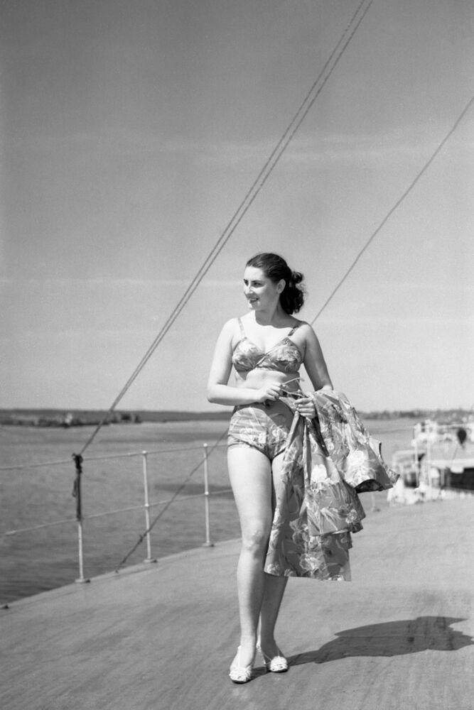 """Modelka z czasopisma """"Radziecka moda. Wiosna-lato 1956"""""""