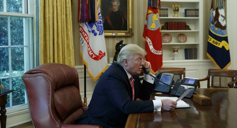 Donald Trump rozmawia przez telefon