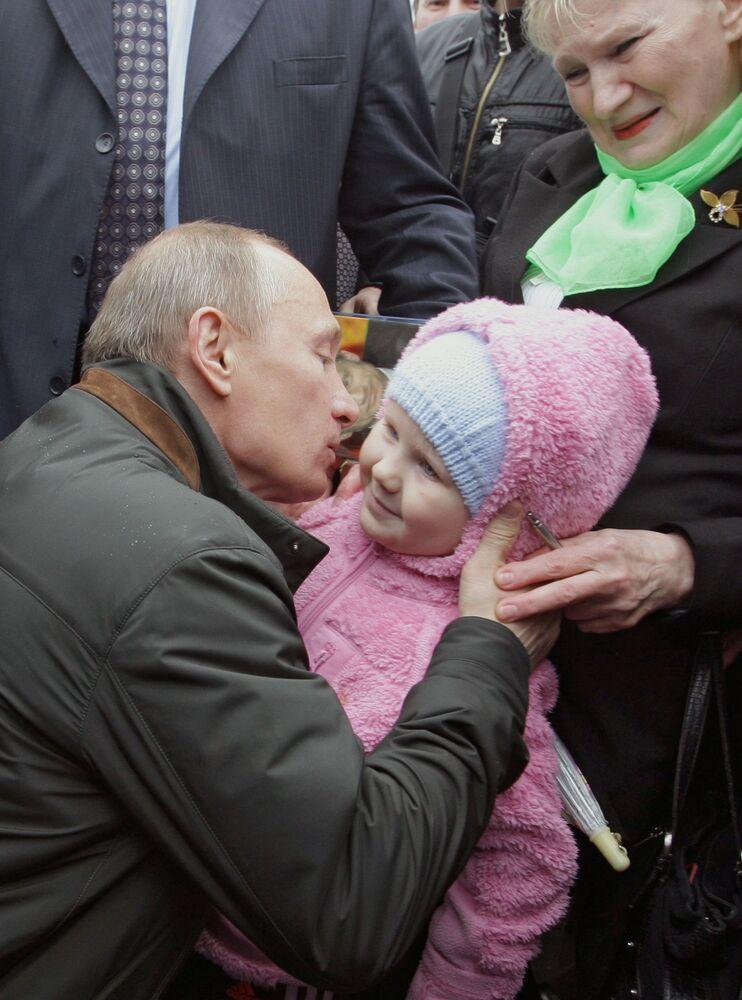 Premier Władimir Putin podczas spotkania z mieszkańcami wsi Dubrowka, 2010 rok