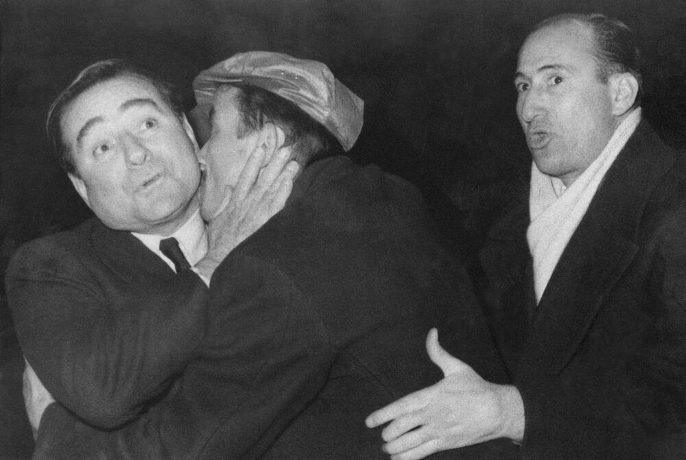 Mężczyzna obejmuje i całuje premiera Turcji Adnana Menderesowa, 1959 rok