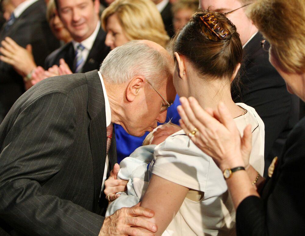 Premier Australii John Howard całuje głowę swojego wnuka Angusa Howarda-McDonalda