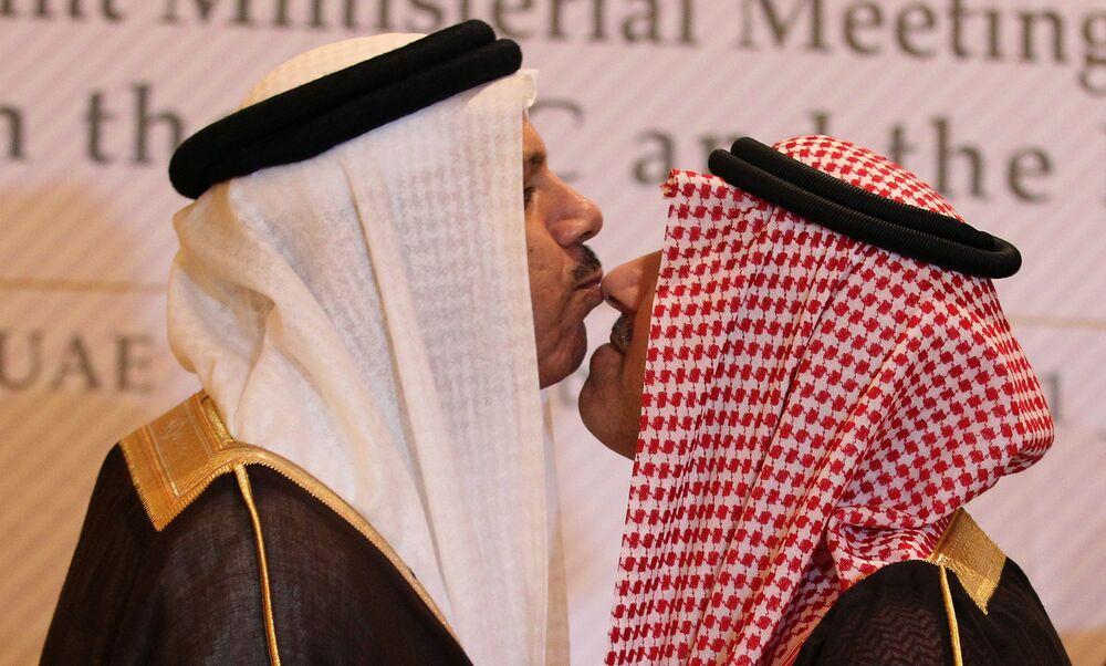 Wiceminister spraw zagranicznych Arabii Saudyjskiej, książę Abdul Aziz bin Abdullah i sekretarz generalny Rady Współpracy Zatoki Perskiej Abdul Latif al-Zayyani, wymieniają tradycyjny pocałunek