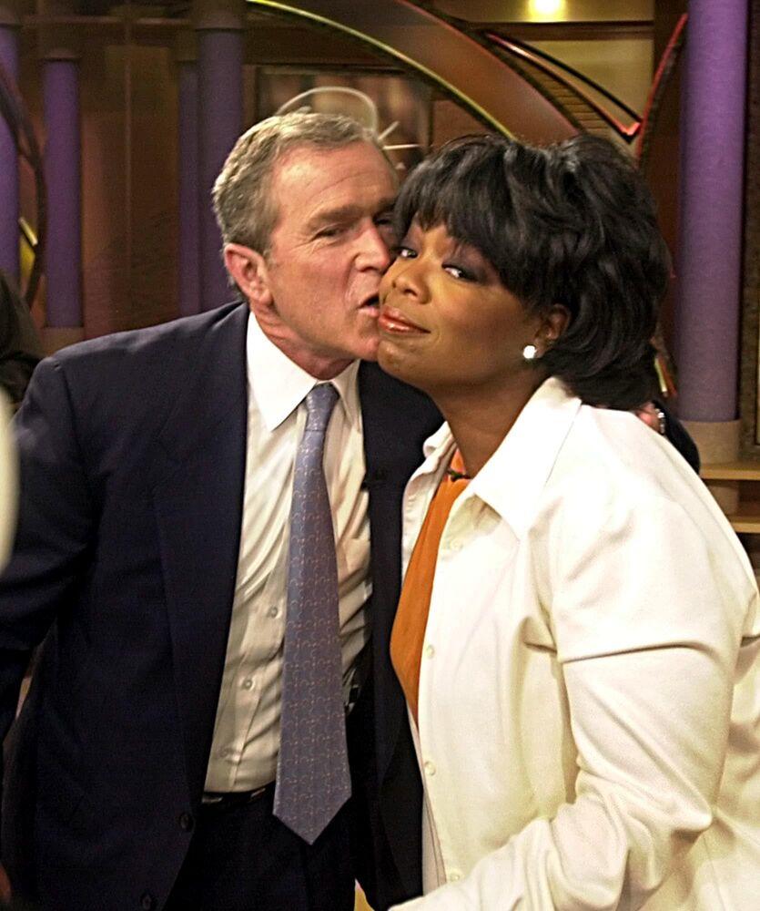 Republikański kandydat na prezydenta Texas Gov. George W. Bush całuje Oprah Winfrey po tym, jak pojawił się jako gość w jej programie 19 września 2000 roku w Chicago