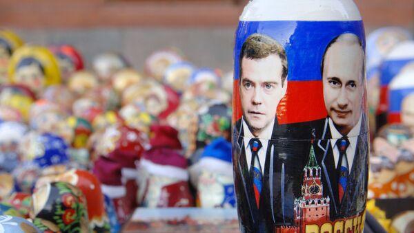 Matrioszka ze zdjęciem Władimira Putina i Dmitrija Medwiediewa - Sputnik Polska