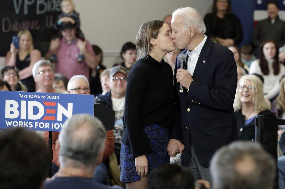 Demokratyczny kandydat na prezydenta, były wiceprezydent Joe Biden całuje swoją wnuczkę Finnegan Biden podczas wystąpienia w kampanii, 2020 rok