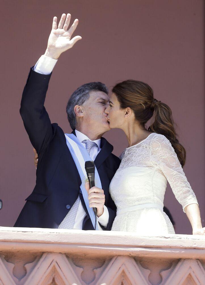 Prezydent Argentyny Mauricio Macri całuje swoją żonę na balkonie, 2015 rok