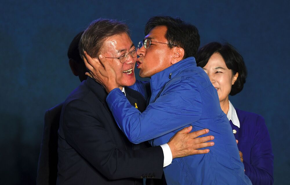Kandydat na prezydenta Mun Jae-in całuje członka partii w Seulu