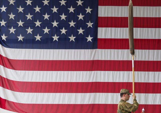 Amerykański żołnierz trzyma flagę podczas ceremonii wojskowej w koszarach Storck w Illesheim w Niemczech