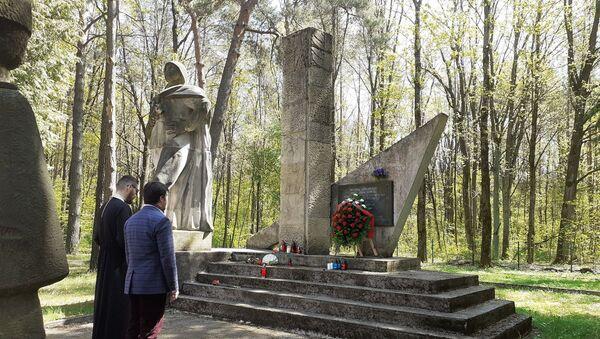 Złożenie kwiatów na grobach żołnierzy radzieckich - jeńców wojennych w mieście Białystok, Polska - Sputnik Polska