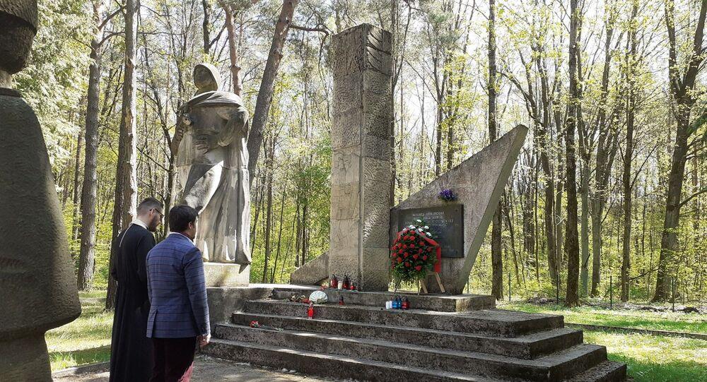 Złożenie kwiatów na grobach żołnierzy radzieckich - jeńców wojennych w mieście Białystok, Polska