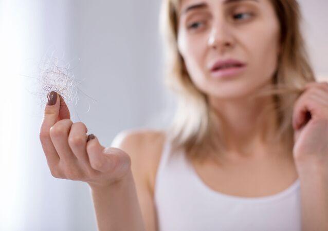 Kobieta z włosami w ręku