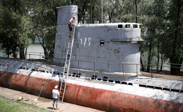 Mieszkańcy czyszczą małą wielofunkcyjną łódź podwodną-muzeum w Krasnodarze - Sputnik Polska