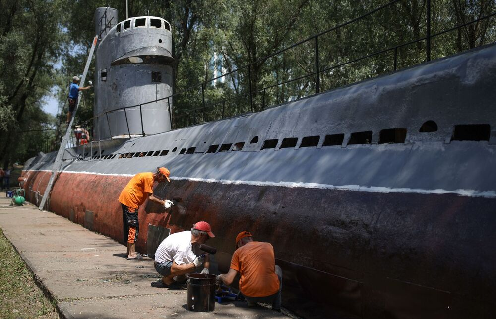 Mieszkańcy malują kadłub małej wielofunkcyjnej łodzi podwodnej z silnikiem Diesla M-261 w Krasnodarze