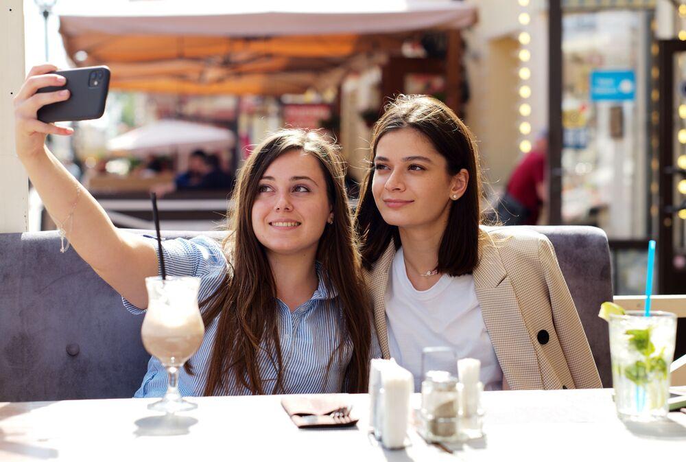 Dziewczyny w letnim ogródku restauracji w Moskwie