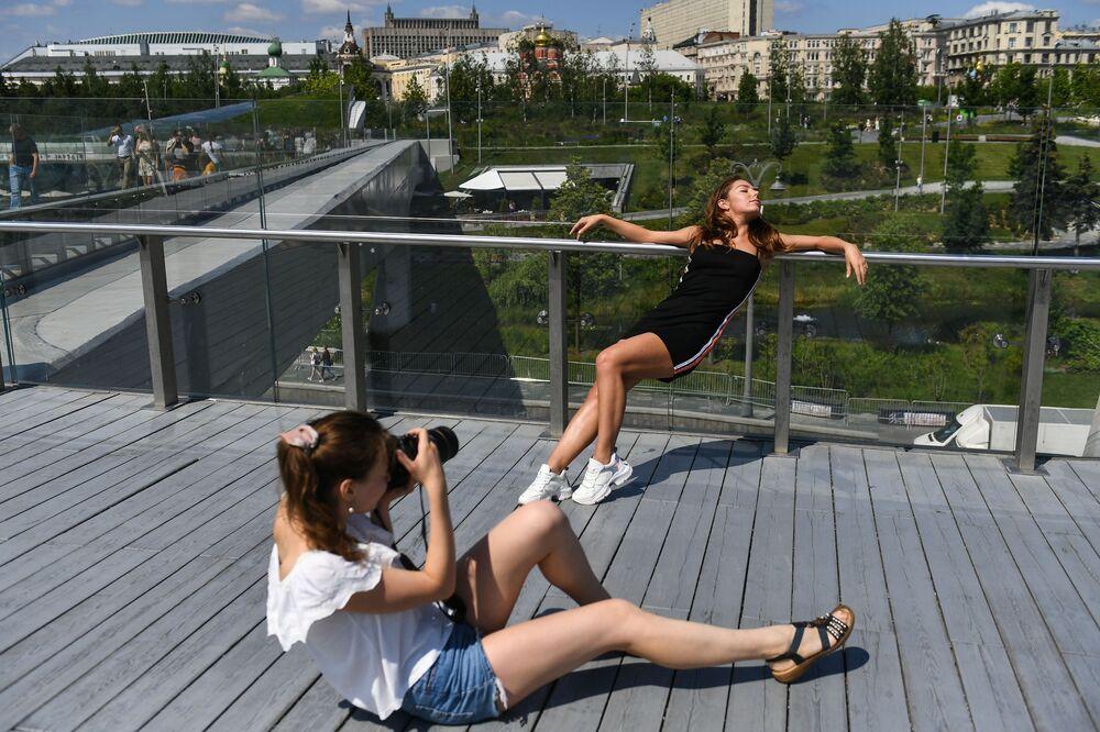 Dziewczęta fotografują się w parku w Moskwie